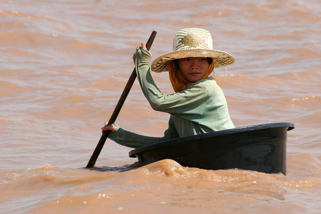 Девочка на озере Тонле Сап