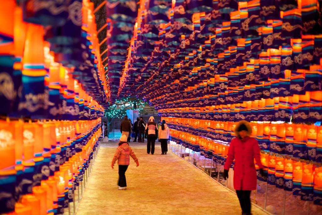 Туннель из фонариков на фестивале Winterlude
