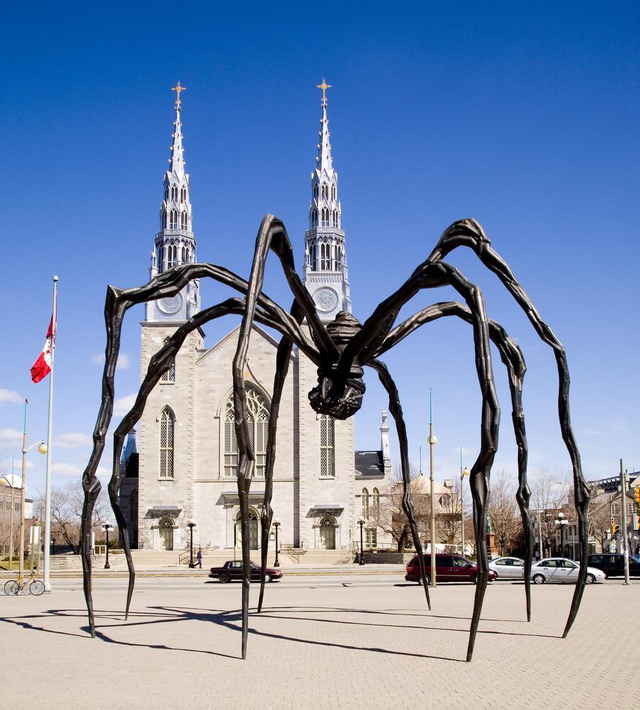 Скульптура паука