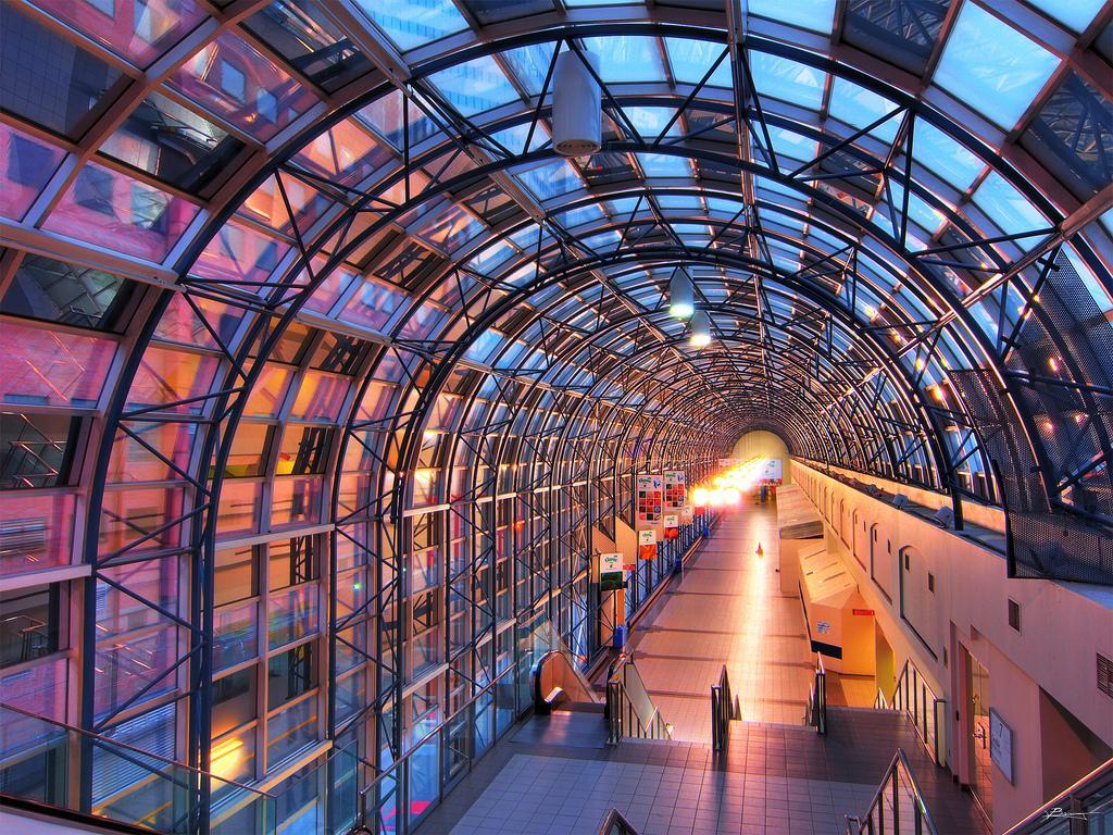 Skywalk - стеклянный туннель между вокзалом и CN Tower