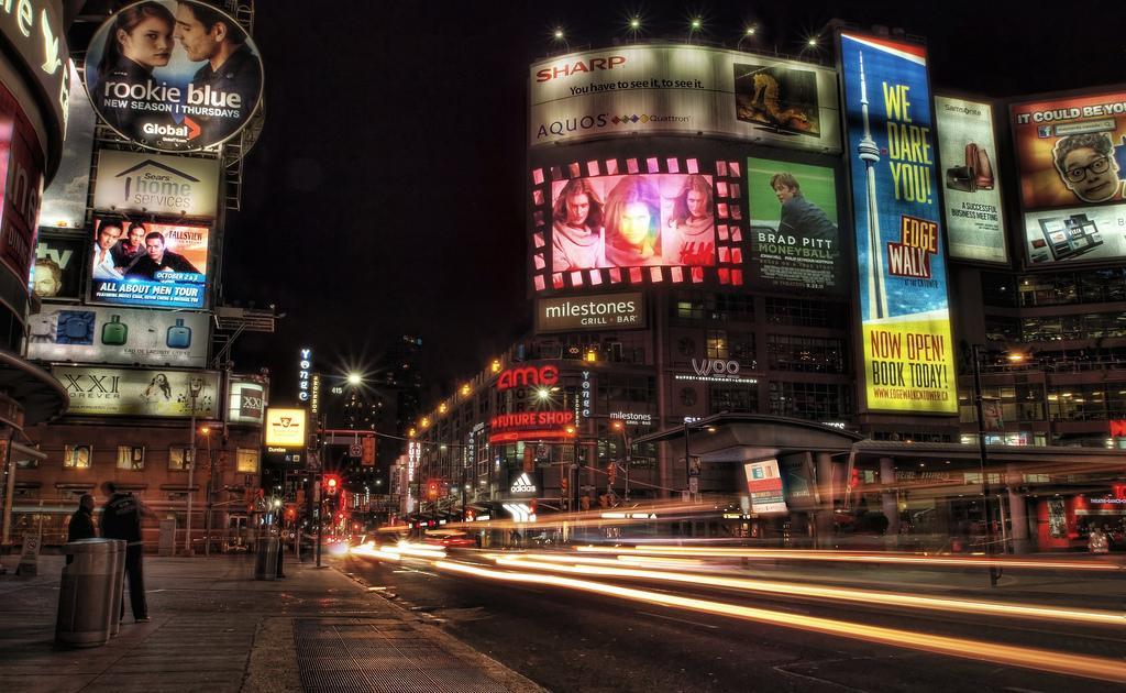Площадь Дундас в Торонто