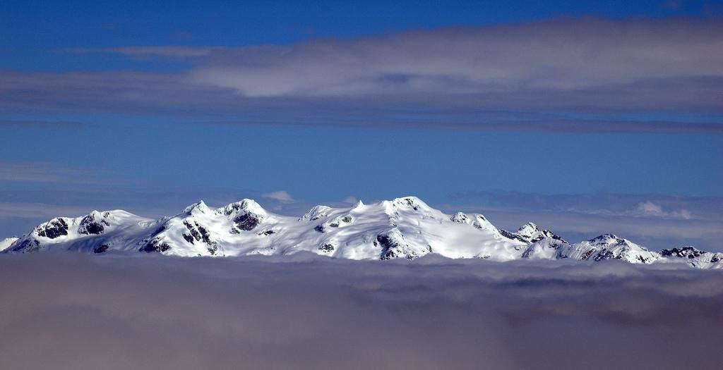Вершины гор над облаками