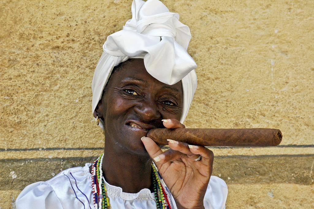 Женщина с сигарой