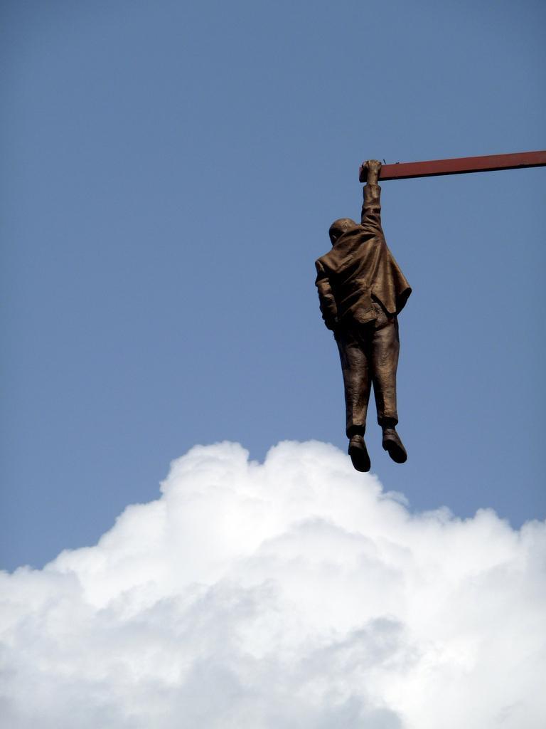 Скульптура висящего человека