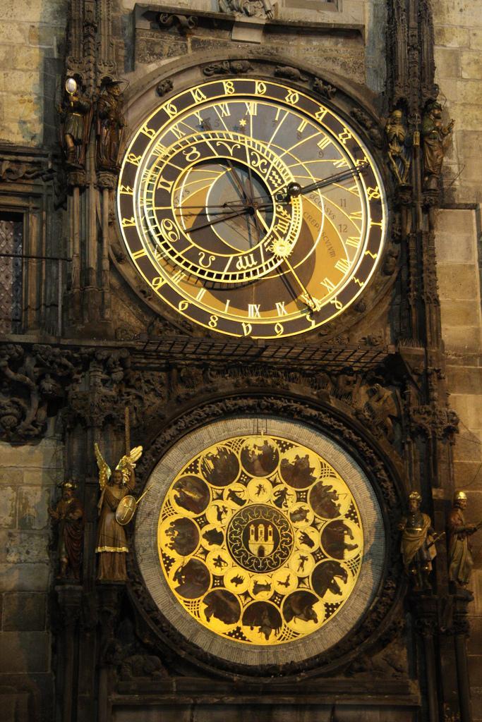 Астрономические часы ночью