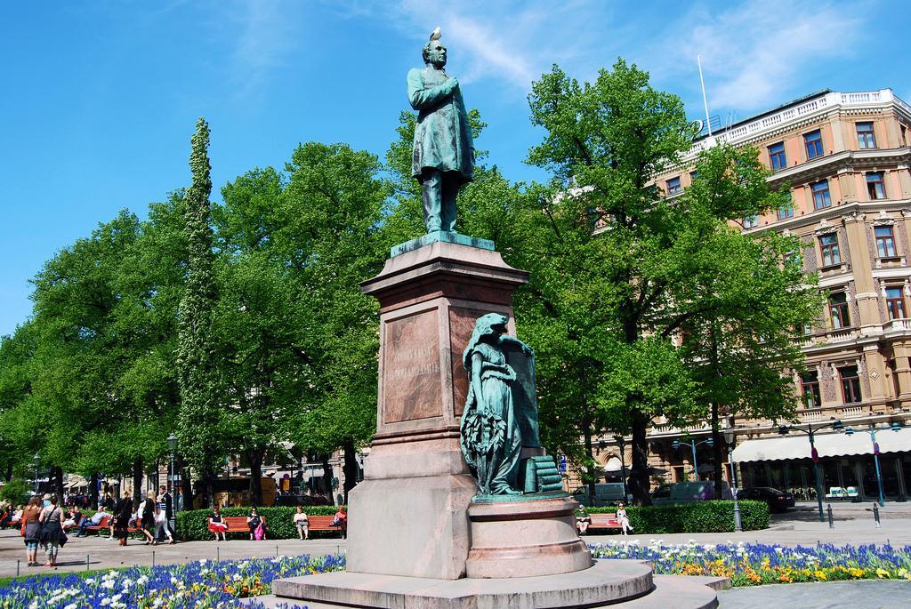 Памятник в парке Эспланады