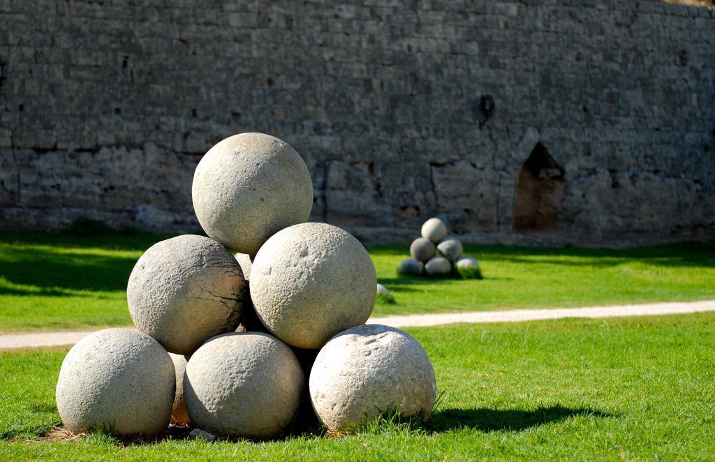 Внутри крепостного рва Родоса