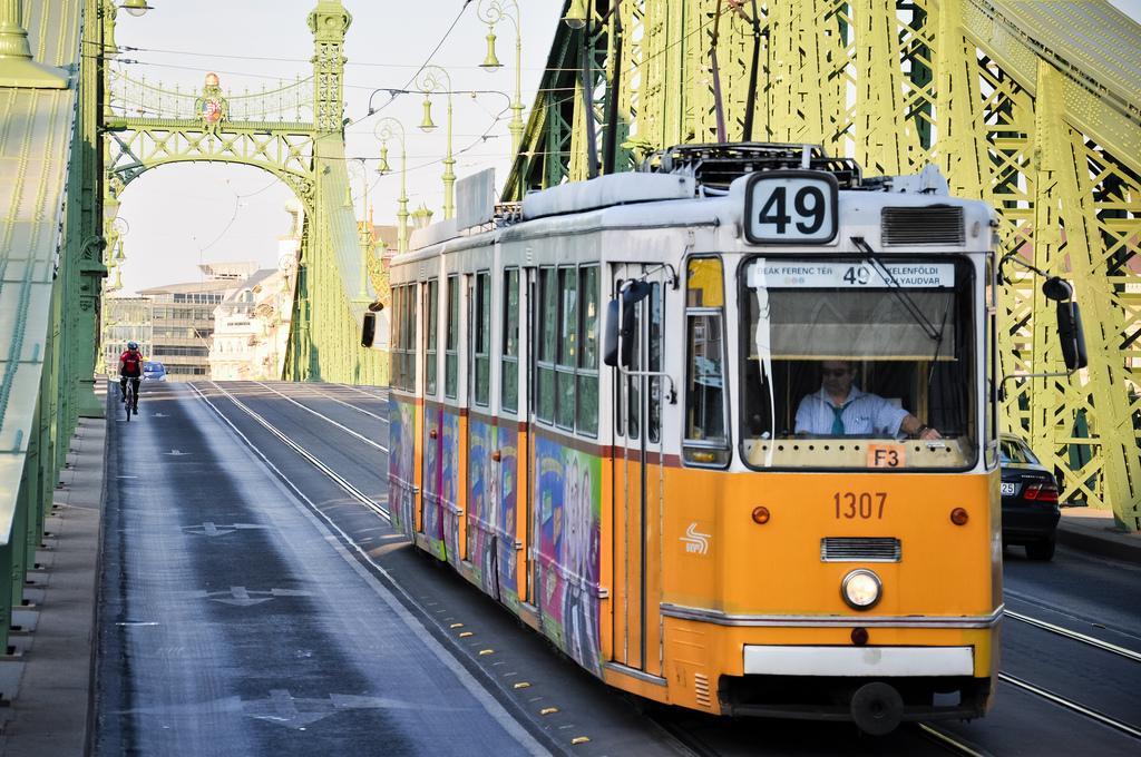 Трамвай на мосту Свободы