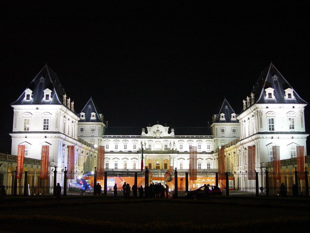Замок Валентино ночью