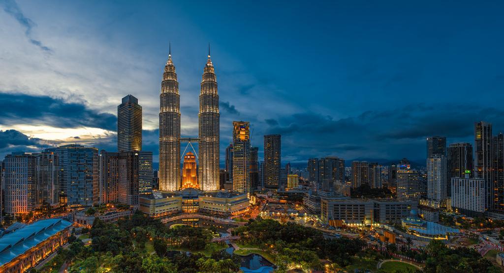 Куала-Лумпур — остановитесь в самом центре.