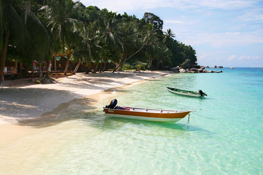Пляж и лодки