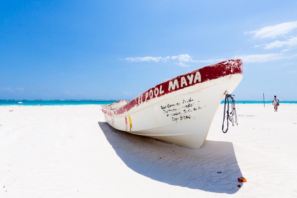 Лодка на пляже Тулума