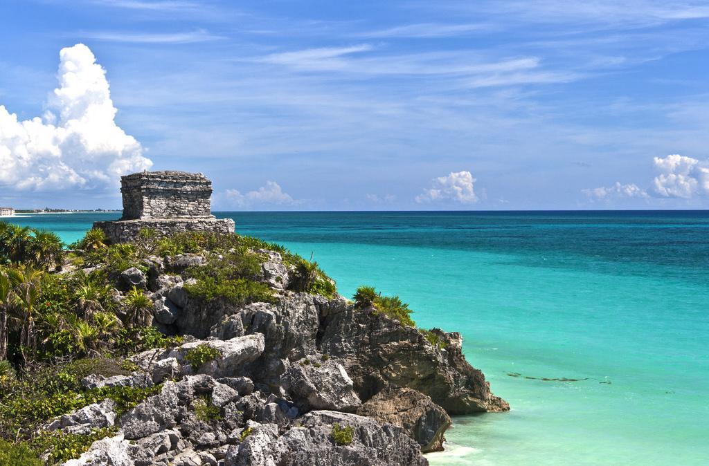 Храм древнего города майя на берегу Карибского моря