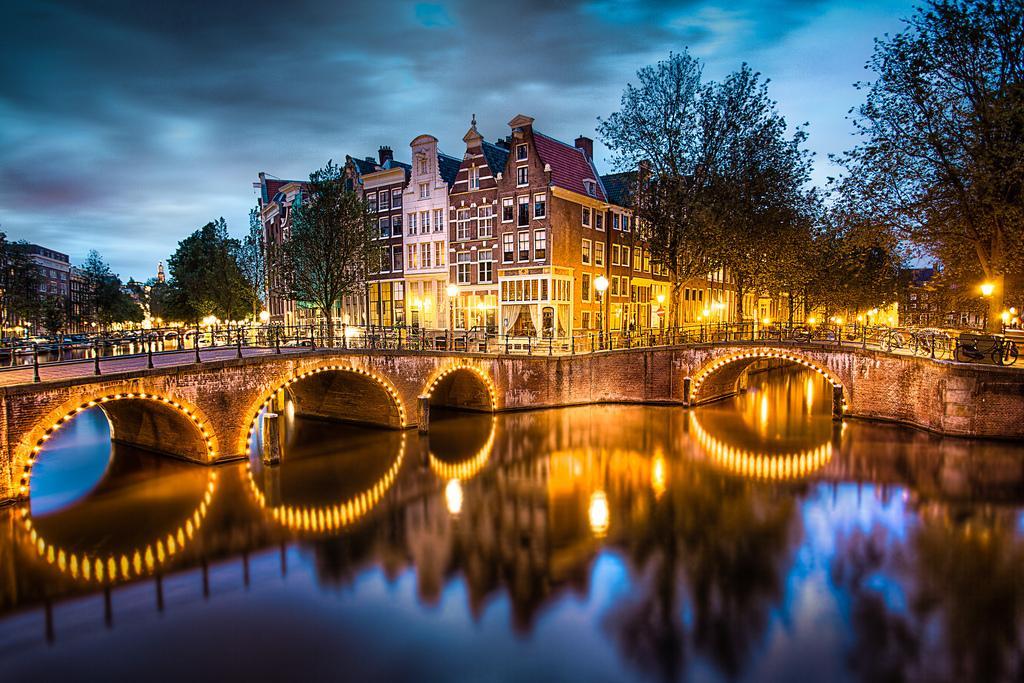 Каналы Амстердама ночью