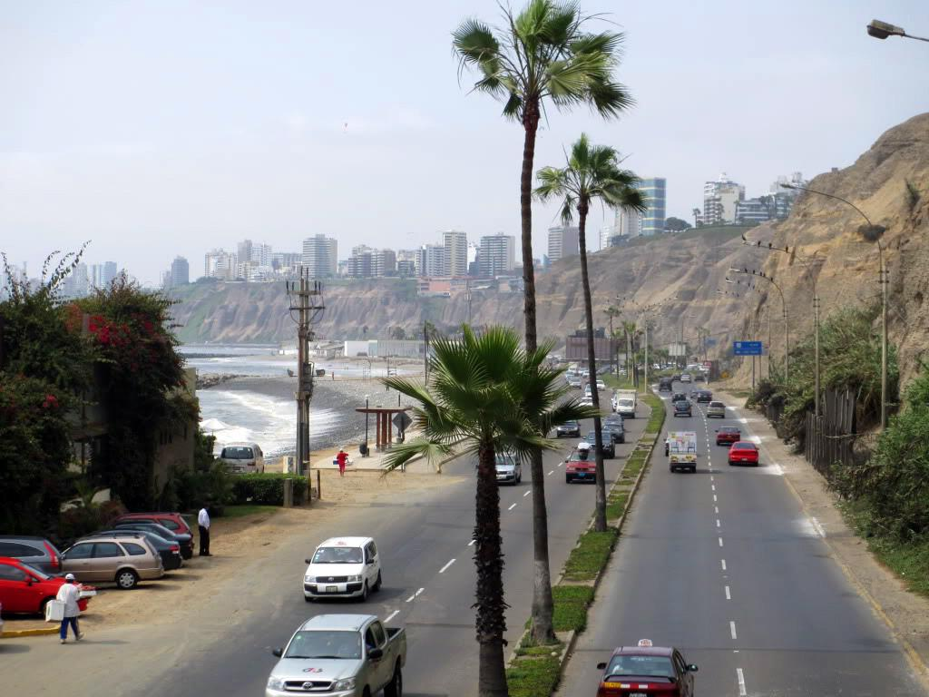 Дорога вдоль берега