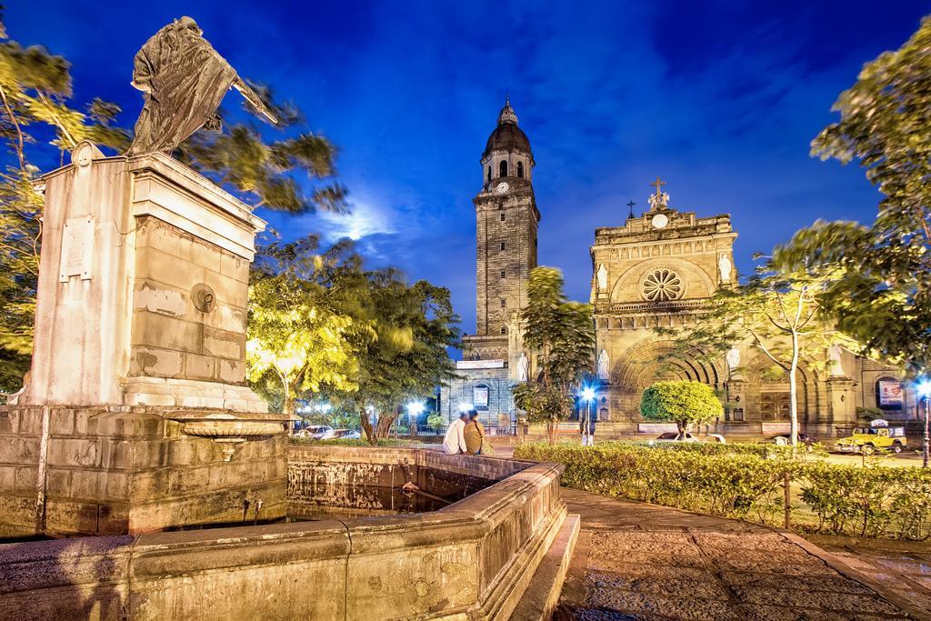 Памятник королю Карлу IV и Кафедральный собор Манилы