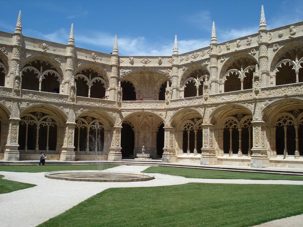 Внутренний двор монастыря Жеронимуш в Лиссабоне