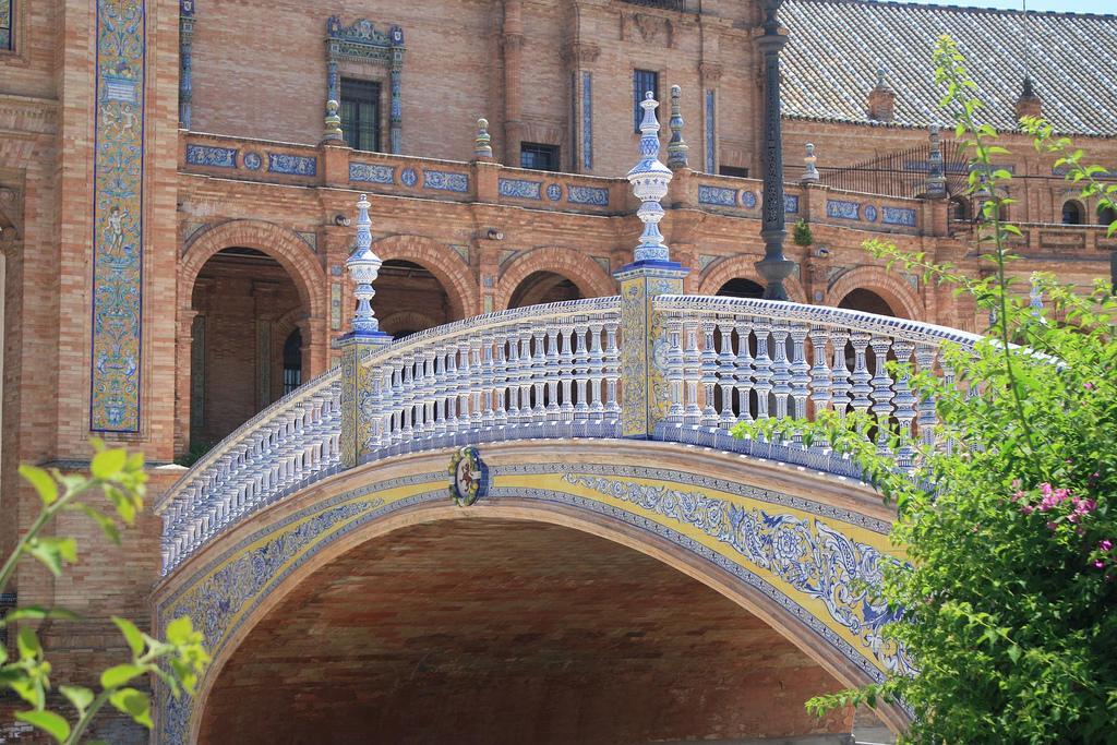 Мот на площади Испании
