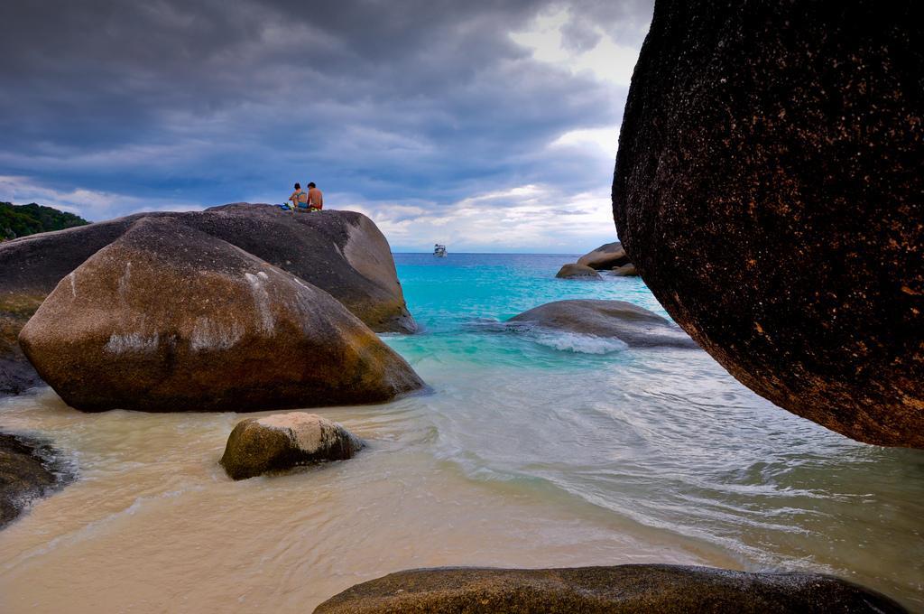 Пляж и скалы
