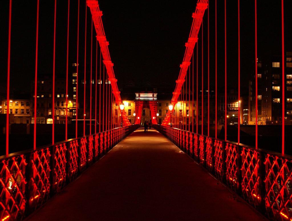 Подвесной мост ночью