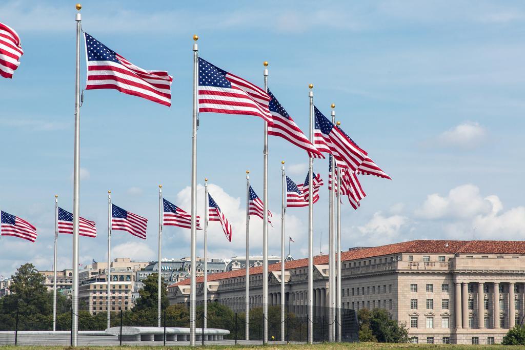 Флаги рядом с монументом Вашингтону