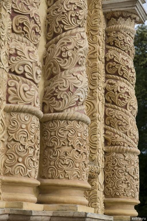 Резные колонны церкви