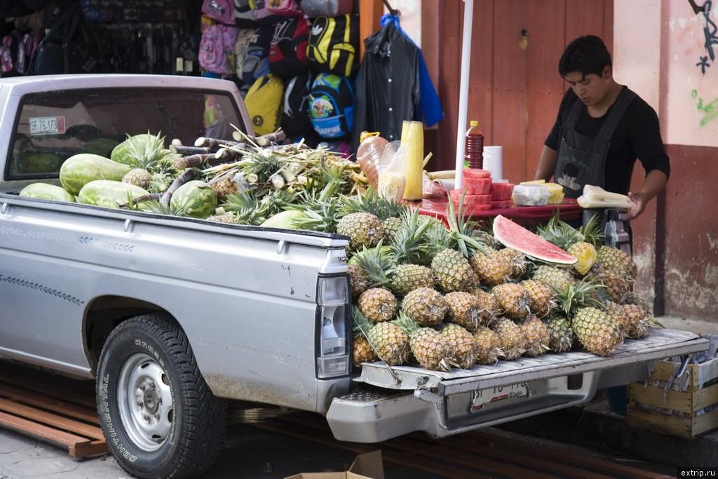 Пикап с ананасами